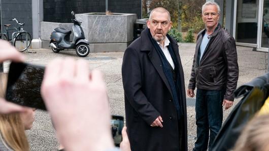 Freddy Schenk (Dietmar Bär, l) soll eine Schülerin begraptscht haben - das behauptet sie auf Handyvideos, die die Szene zeigen. Max Ballauf (Klaus J. Behrendt, r) kann das Geschehen nur beobachten.