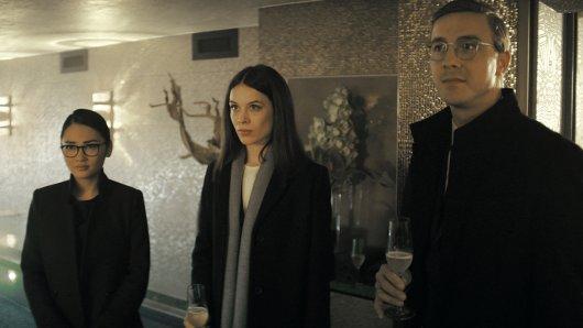 Bad Banks 2: Jana (Paula Beer, M.), Thao (Mai Duong Kieu, l.) und Adam (Albrecht Schuch) statten einem privaten Financier einen Besuch ab.