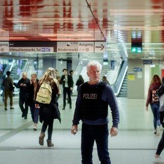 Kriminalhauptkommissar Ivo Batic (Miroslav Nemec) versucht sich auf der Suche nach einem zweiten möglichen Täter am Marienplatz einen Überblick zu verschaffen.
