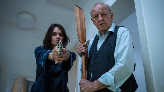 Tanja Steinthal (Stephanie Eidt) und Georg Wilsberg (Leonard Lansink) haben sich gewappnet, denn: Jemand ist im Haus.