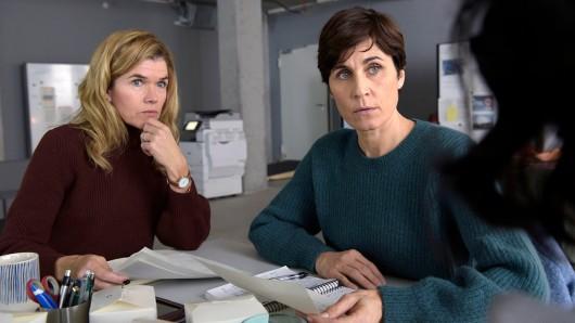 Karin (Anke Engelke, li.) und Rommy (Nina Kunzendorf) machen als investigative Journalistinnen weiter.