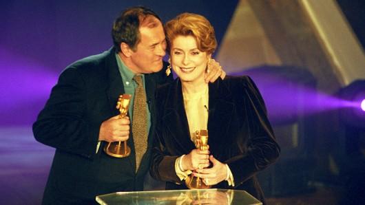 Der italienische Regisseur Bernardo Bertolucci (l) und die französische Regisseurin Catherine Deneuve (r) werden mit der GOLDENEN KAMERA 1994 geehrt.