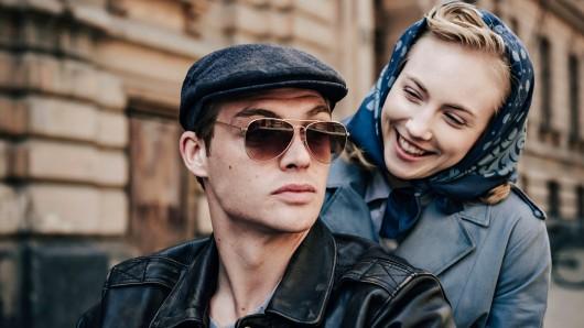 Ulla Wolf (Elisa Schlott) fährt gerne mit Tommy Weidner (David Schütter) auf dem Motorrad.