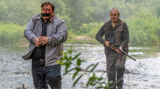 Wolfgang Abeck (Joachim Król, re.) jagt sein Entführungsopfer Robert Haffner (Tristan Seith, li.).