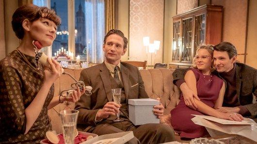 Vielsagend: Wolfgang (August Wittgenstein) und Helga (Maria Ehrich, l.) schenken sich Weihnachten Praktisches, Monika (Sonja Gerhardt) und Joachim (Sabin Tambrea, r.) turteln.
