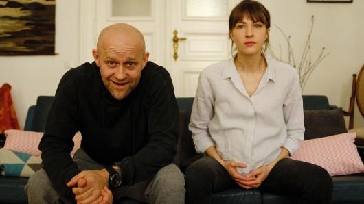 Thorsten (Jürgen Vogel) und Jana (Natalia Belitski) fühlen sich gefangen in ihrer Wohnung.