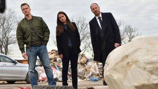 vonne (Alice Dwyer, M.), Heiko (Johann von Bülow, r.), und Kevin (Tim Kalkhof, l.) ermitteln auf der Mülldeponie von Yvonnes Tante in Brandenburg.