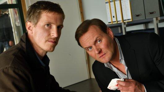 Mads Schwartz (Golo Euler) und sein Bruder Andi Schwartz (Devid Striesow) treffen bei ihren privaten Ermittlungen auf eine kriminelle Bande.
