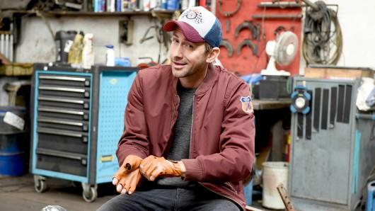 Markus Stoll alias Harry G als umtriebige Autoschrauber Charlie Menzinger in Der Beischläfer