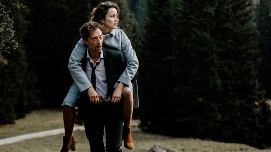 Sterbehelfer Henry (Michael Pink) hat sich auf einen Trip in die Berge mit seiner Klientin Rebecca (Tinka Fürst) eingelassen, für den er ganz ungewohnte Kräfte mobilisieren muss.