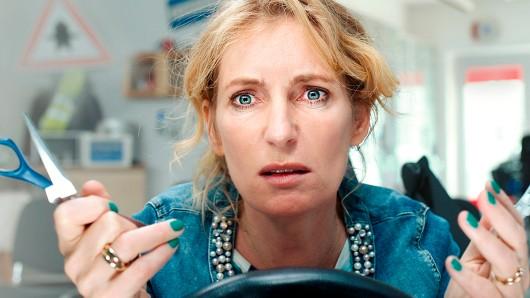 Beate (Maria Furtwängler) steht mit einem Augenblick vor den Scherben ihrer Existenz: Zuerst verlässt ihr Ehemann sie für eine Schülerin ihrer gemeinsamen Fahrschule, dann wird sie auch noch völlig betrunken bei einer Polizeikontrolle aufgegriffen und verliert ihren Führerschein.