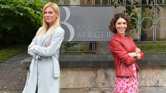 Niki Berger (Nele Kiper, l.) und ihre Schwester Caro (Eva-Maria Reichert, r.)