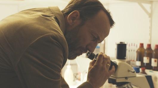 Richard (Wotan Wilke Möhring) macht eine furchtbare Entdeckung: Es ist die Taubengrippe.