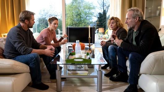 (v.l.n.r.) Raymond Fisher (Kai Scheve), Gretchen Fisher (Tessa Mittelstaedt), Anna Janneke (Margarita Broich) und Paul Brix (Wolfram Koch).