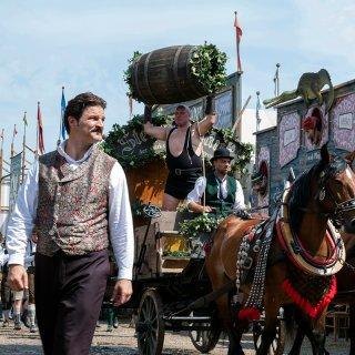 Großbrauer Curt Prank (Mišel Matičević) macht sich Maria Hoflinger, Erbin des traditionsreichen Deibel Bräu, zur Todfeindin.