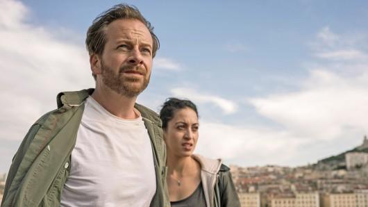 Bruno Bassmann (Fabian Busch) kann kein Französisch und ist daher auf die Hilfe der deutschsprechenden Taxifahrerin Aliya (Sabrina Amali) angewiesen.