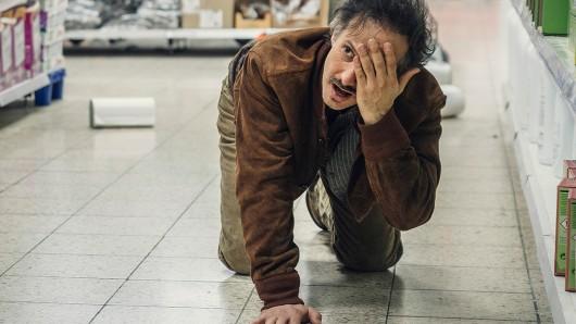 Zankl (Michael Ostrowski) wurde von einem Ladendieb mit Pfefferspray angegriffen.