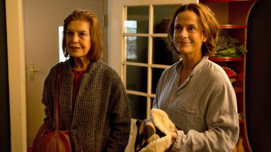 Angela Winkler (l.) und Claudia Michelsen (r.) spielen in Unverblümt Mutter und Tochter.