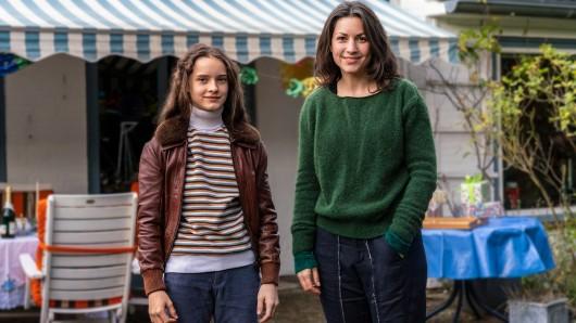 Miriam als Kind (Cloé Heinrich) und die erwachsene Miriam (Eva Meckbach).