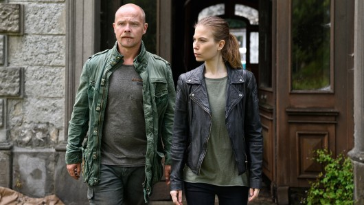 Die Bodensee-Cops Nora Waldtstätten (Hannah Zeiler) und Matthias Koeberlin (Micha Oberländer)