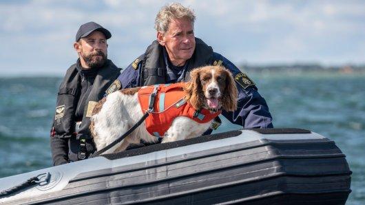 Christian Skov (Anders Juul l.) und Torben Vang (Jens Andersen) suchen im Meer nach Kim Wall