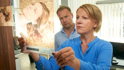 Jürgen Simmel (Hinnerk Schönemann, l.) und Marie Brand (Mariele Millowitsch, r.) versuchen den Tathergang des Mordes an Annika Herforth zu rekonstruieren.