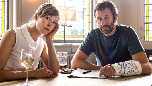 Tom (Chris O'Dowd) und Louise (Rosamund Pike) beim Warm-up vor ihrer Therapiestunde
