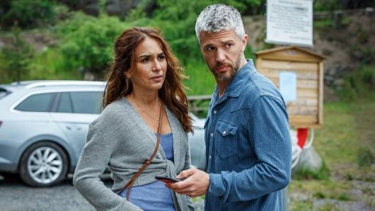 Nora Linde (Alexandra Rapaport) und Alexander Gullmar (Nicolai Cleve Broch) auf der Suche nach Noras Tochter.