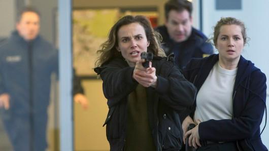 Karin Gorniak (Karin Hanczewski, li.) und Leo Winkler (Cornelia Gröschel) und Kollegen mit vorgezogener Waffe.