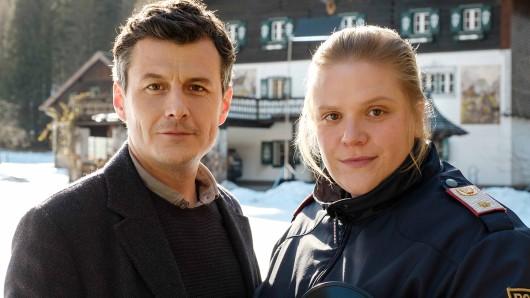 Ermittelt gemeinsam im Landkrimi: Das Flammenmädchen: Martin Merana (Manuel Rubey) und Franziska Heilmayr (Stefanie Reinsperger).