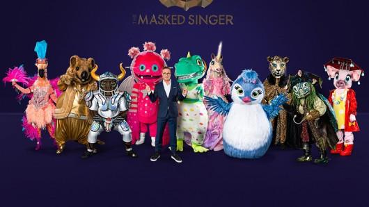 The Masked Singer-Kostüme 2021: Der Flamingo; Das Quokka; Der Stier; Der Monstronaut; ; Der Dinosaurier; Das Einhorn; Das Küken; Der Leopard; Die Schildkröte; Das Schwein - präsentiert von Moderator Matthias Opdenhövel (M.)