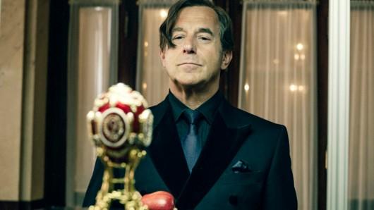 Der Kunstliebhaber von Allmen (Heino Ferch) kann einem berühmten Fabergé-Ei nicht widerstehen.