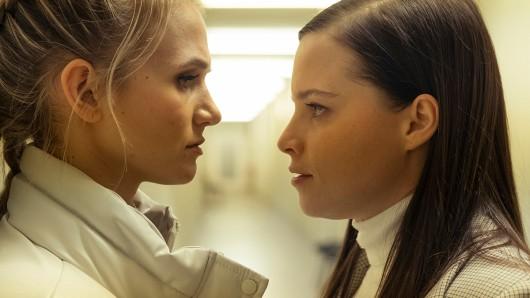 Als die Freundin des Toten Rena Baumann (Leonie Wesselow, links) im Kommissariat ausrastet, muss Liv Moormann (Jasna Fritzi Bauer, rechts) sie zur Räson rufen.