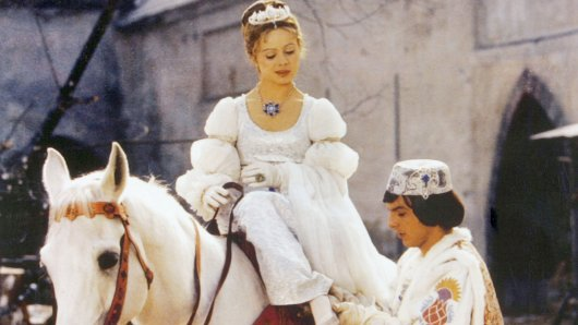 Libuse Safránková als Aschenbrödel und Pavel Trávnícek als Prinz in Drei Haselnüsse für Aschenbrödel.