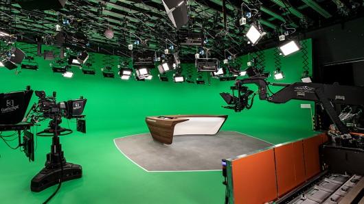 Technisch runderneuert, mit neuem Moderationstisch und im Design aufgefrischt: das ZDF-Nachrichtenstudio.