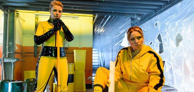 Anette Frier und Caro Frier lösen einen Anwalt in Säure auf.