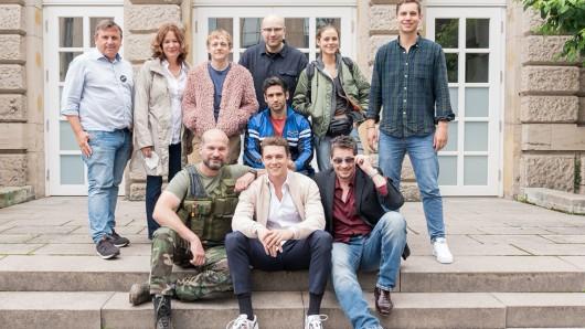 v.l. oben: Robert Gehring (MFG) Stefanie Groß (SWR), Jakob Schmidt (Schauspieler) Marc Schlegel (Drehbuch und Regie), Daniel Rodic (Schauspieler), Emma Floßmann (Schauspielerin), Mortimer Hochberg (Kamera), v.l. unten: Simon Böer (Schauspieler), Gerrit Klein (Produzent), Fritz Karl (Schauspieler).