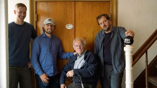 Von links: Kameramann Kristian Leschner, Regisseur und Produzent Lars Jessen mit ihren Darstellern Peter Franke und Charly Hübner an der Tür zur Gaststube des Gasthofs S.Feddersen.