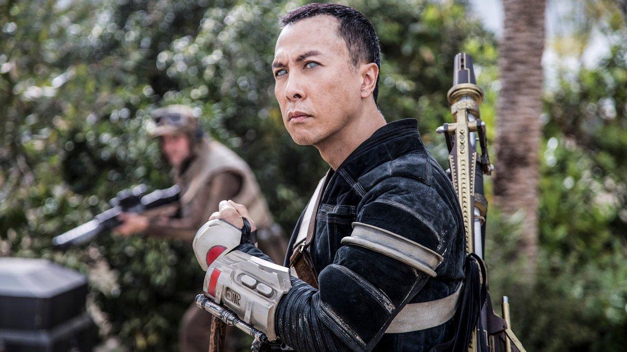 Der blinde Kriegsmönch Chirrut (Donnie Yen) folgt den Jedi-Lehren und ersetzt die Macht aber durch Martial Arts. Foto: © DISNEY/LUCASFILM