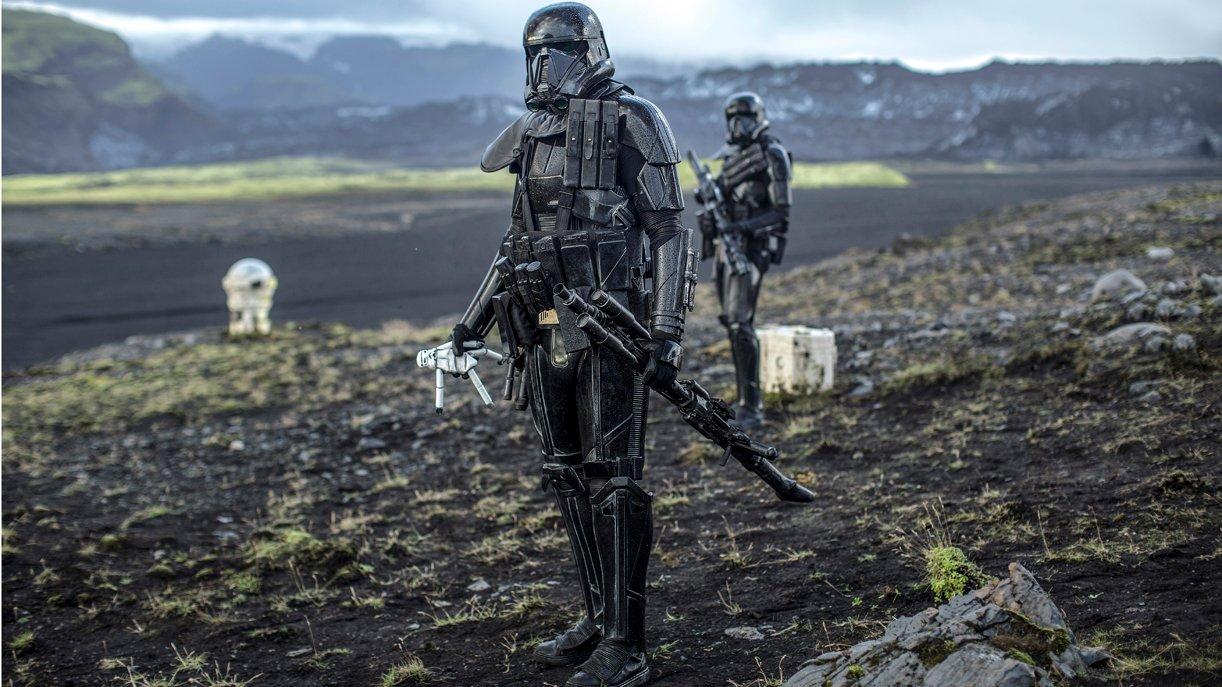 Dass der neue Death Trooper eine Sturmtruppen-Puppe findet, ist höchst symbolisch. Foto: © DISNEY/LUCASFILM