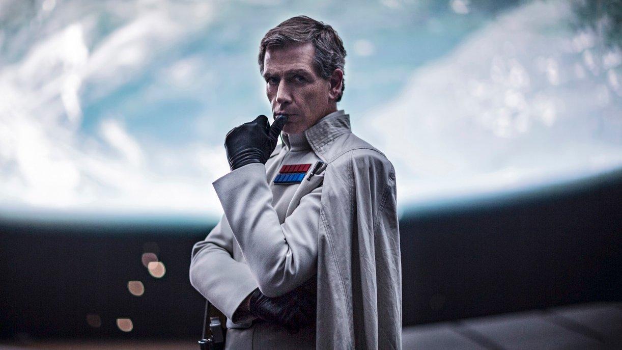 Direktor Krennic (Ben Mendelsohn) ist der neue Schurke im Rogue One-Szenario. Foto: © DISNEY/LUCASFILM