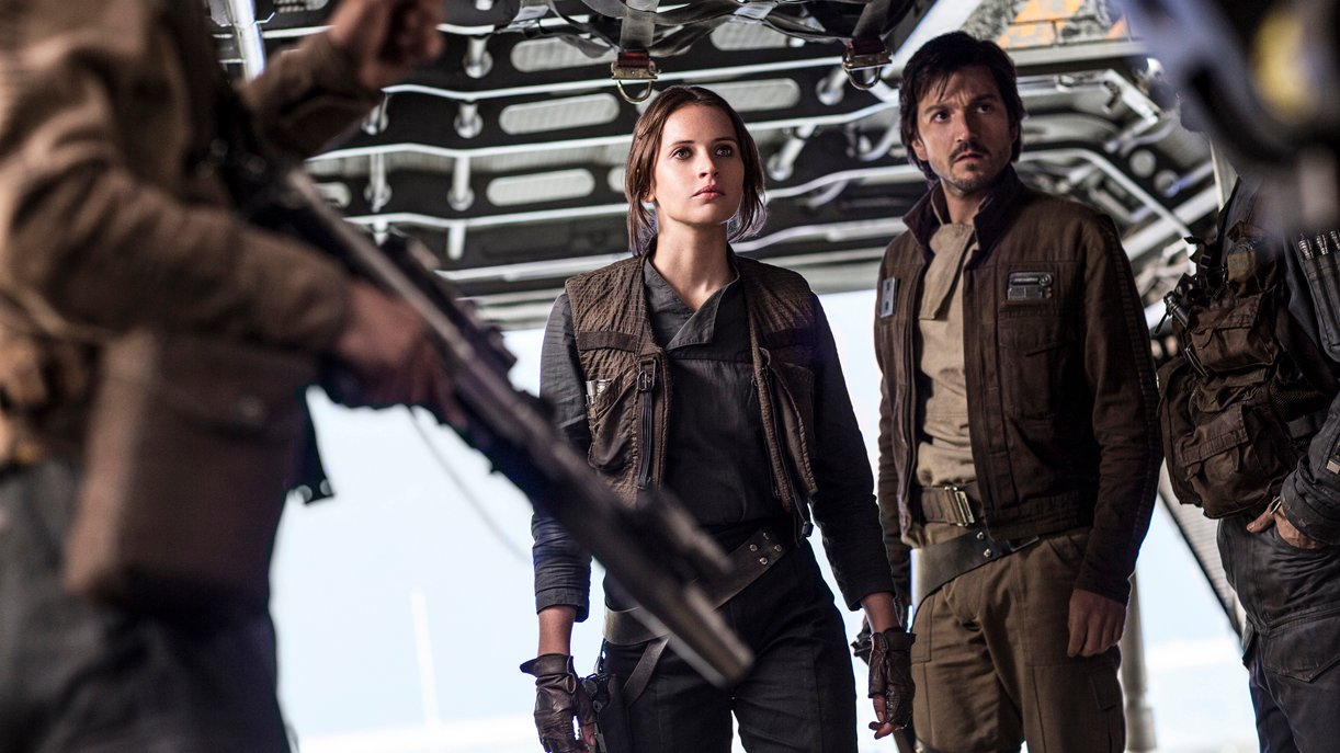 Rebellin Jyn Erso (Felicity Jones) mit Rebellen-Captain Cassian Andor (Diego Luna). Foto: © DISNEY/LUCASFILM