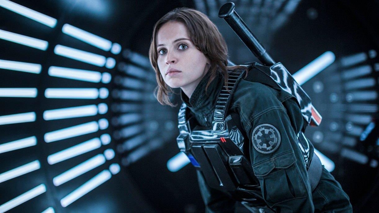 Rebellenspionin Jyn Erso (Felicity Jones) wandelt auf den Undercover-Spuren von Han Solo. Foto: © DISNEY/LUCASFILM