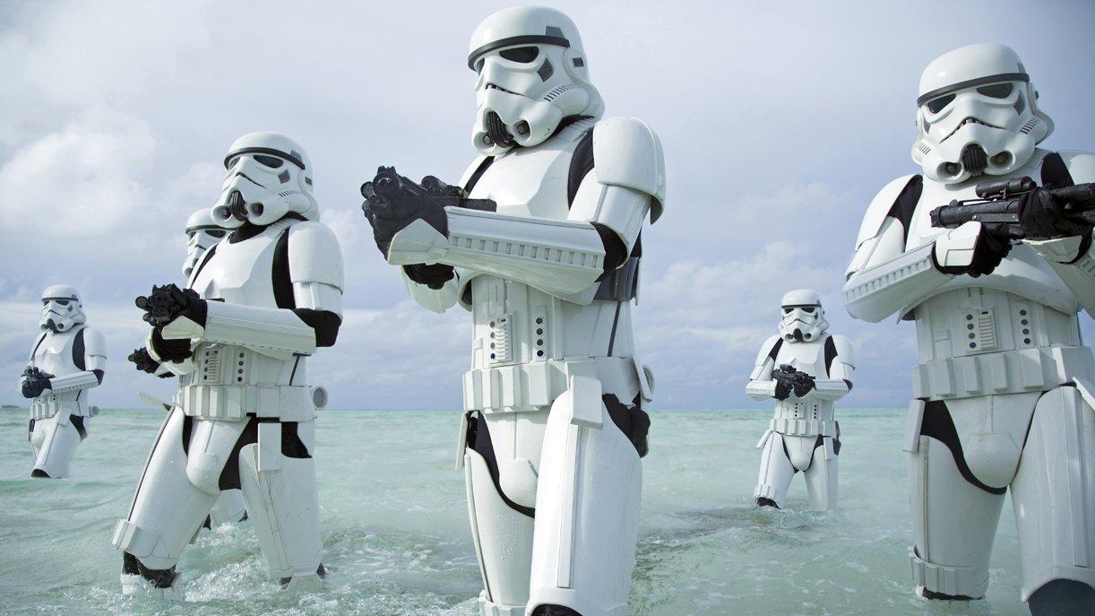 Alte Bekannte: Auch in Rogue One wird das Imperium durch die klassischen Sturmtruppen vertreten. Foto: © DISNEY/LUCASFILM