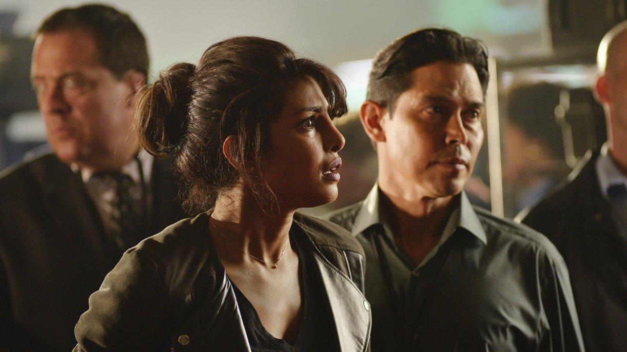 Hat die junge FBI-Agentin Alex Parrish (Priyanka Chopra, l.) etwas mit dem Anschlag zu tun? Foto: © 2015 ABC Studios
