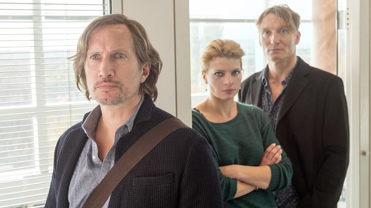 Journalist Jan Schulte (Benno Fürmann, l.) mit Kollegin Britta (Jördis Triebel) und Chefredakteur Weishaupt (Oliver Masucci, r.) im TV-Film Die vierte Gewalt.