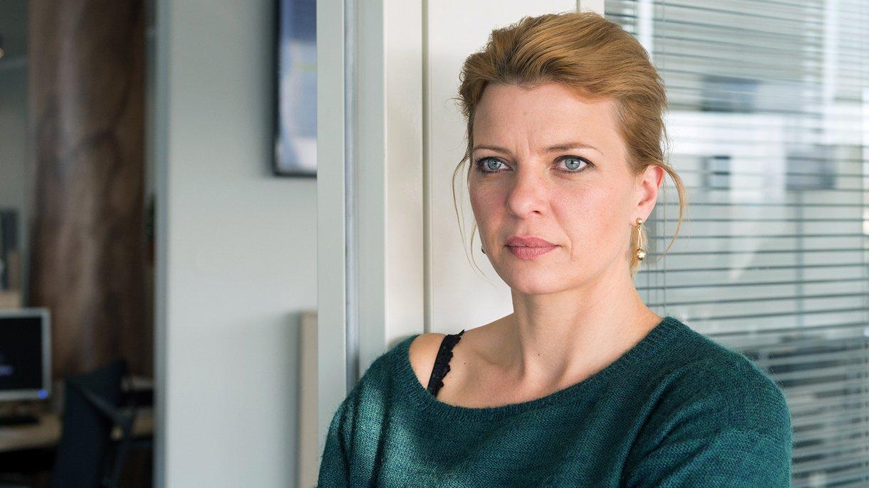 Journalistin Britta (Jördis Triebel) fragt sich, was es mit den Unterlagen über die Transplantation des Bruders von Gesundheitsministerin Stade auf sich hat.