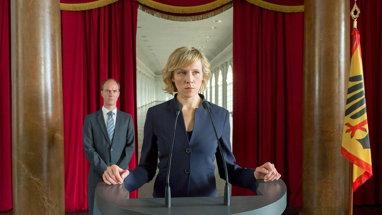 Katharina Pflüger (Franziska Weisz) bezieht Stellungnahme auf ihrer Vereidigung.