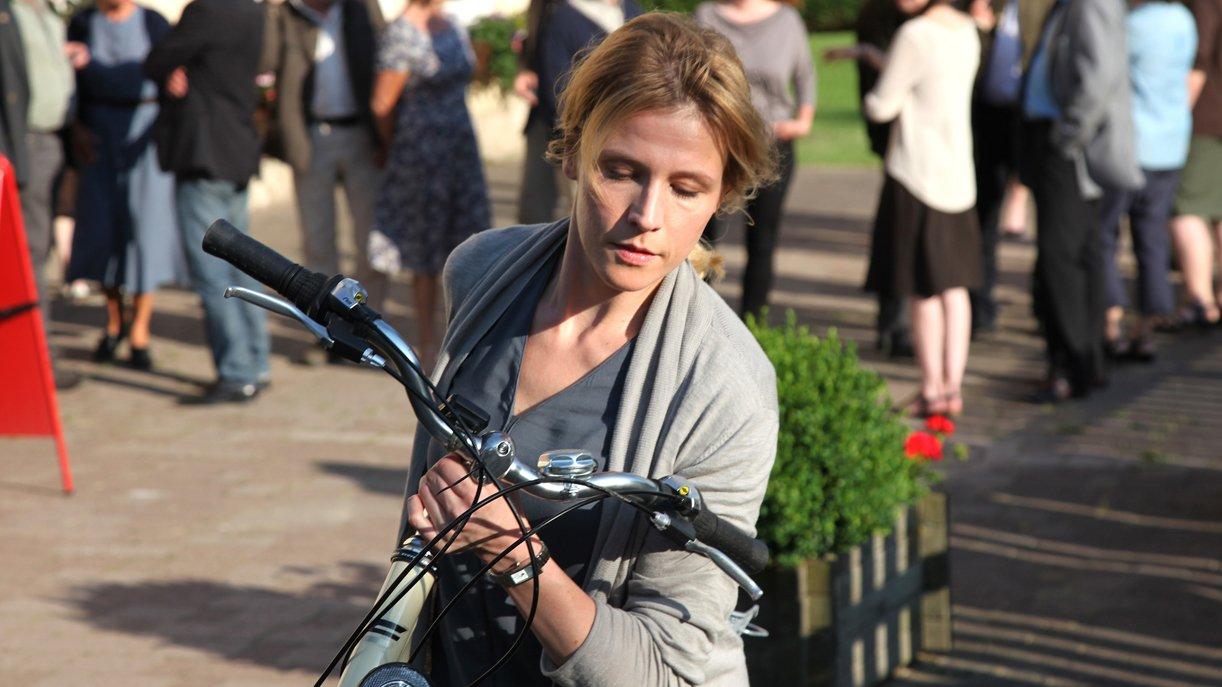 Bürgermeisterin Irene (Franziska Weisz) will nicht mit der Wahrheit herausrücken. Foto: ZDF / Andrea Mayer-Rinner