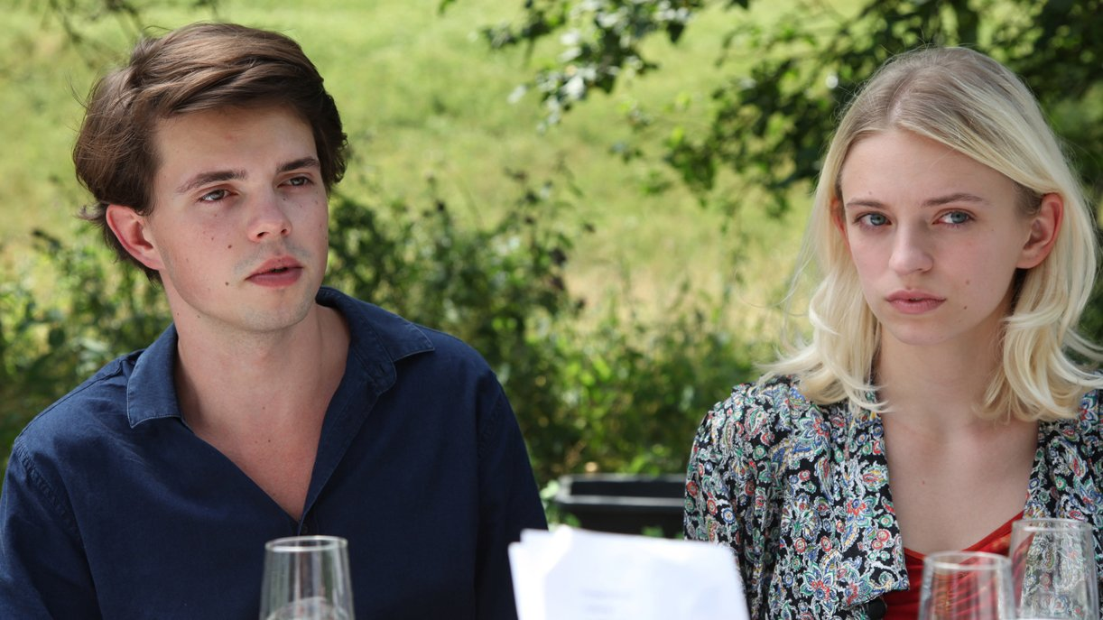 Georg (David Roth, l.) und seine Freundin Lilly (Nathalie Koebli, r.) überraschen die Gäste der Verlobungsfeier mit schockierenden Tatsachen. Hier bahnt sich großer Ärger in den Familienreihen an.